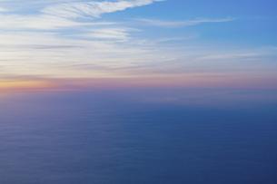 飛行機の窓から見える空と海の写真素材 [FYI04911665]