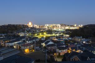 横浜市「センター北」の夜の風景の写真素材 [FYI04911702]