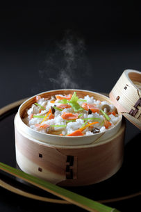 鮭の炊き込みご飯の写真素材 [FYI04911745]