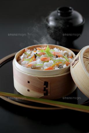 鮭の炊き込みご飯の写真素材 [FYI04911746]