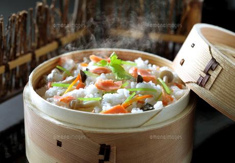 鮭の炊き込みご飯の写真素材 [FYI04911747]