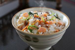 鮭の炊き込みご飯の写真素材 [FYI04911748]