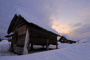 雪に覆われた世界遺産三内丸山遺跡の写真素材 [FYI04912002]