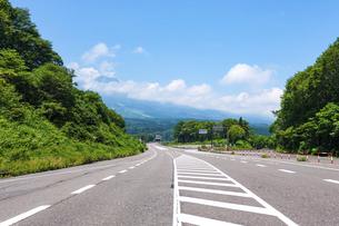 妙高山を見晴らす長野県と新潟県の県境付近の国道18号線の写真素材 [FYI04912009]