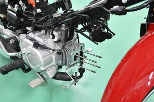 分解整備中の小型バイクの写真素材 [FYI04912177]