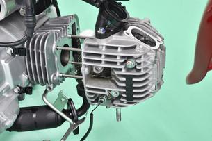 分解整備中の小型バイクの写真素材 [FYI04912178]