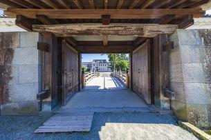 小田原城 銅門への入口、内仕切門と住吉橋(門内から堀へ向け撮影)の写真素材 [FYI04912380]