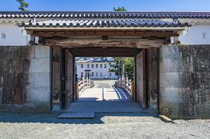小田原城 銅門への入口、内仕切門と住吉橋(門内から堀へ向け撮影)の写真素材 [FYI04912382]