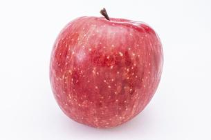 【果物】ヘタがついた赤いリンゴ 横の写真素材 [FYI04912386]