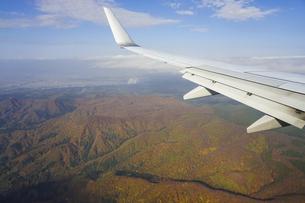 青森空港着陸前、眼下に広がる八甲田連峰の紅葉の写真素材 [FYI04912388]