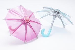 【雨】ピンク色と水色のビニール傘 天気の写真素材 [FYI04912410]