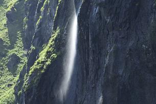 岸壁を流れ落ちる滝の写真素材 [FYI04912460]