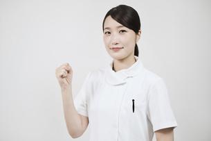 ガッツポーズをする白衣の女性 の写真素材 [FYI04912479]