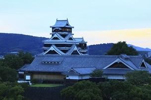 夕景の熊本城の写真素材 [FYI04912836]