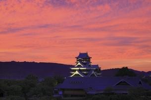夕焼けの熊本城の写真素材 [FYI04912841]