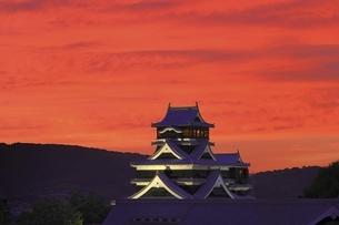 夕焼けの熊本城の写真素材 [FYI04912843]