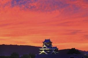 夕焼けの熊本城の写真素材 [FYI04912844]