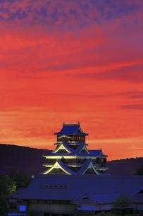 夕焼けの熊本城の写真素材 [FYI04912845]