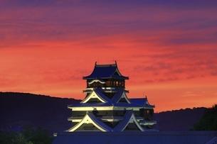 夕焼けの熊本城の写真素材 [FYI04912847]