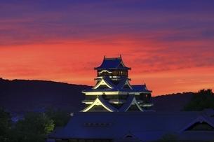 夕焼けの熊本城の写真素材 [FYI04912848]