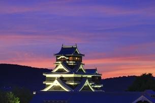 夕焼けの熊本城の写真素材 [FYI04912849]