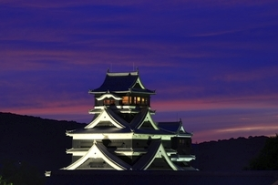 夕焼けの熊本城の写真素材 [FYI04912850]
