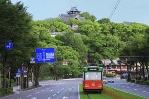 路面電車と熊本城の写真素材 [FYI04912860]