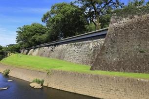熊本城 長塀と坪井川の写真素材 [FYI04912872]