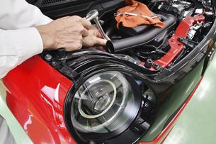 整備中の軽自動車の写真素材 [FYI04912903]
