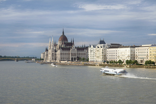 ブダペスト ドナウ川と国会議事堂の写真素材 [FYI04913050]