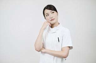 悩む白衣の女性 の写真素材 [FYI04913052]