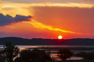 双子公園より夕焼けに染まる空と印旛沼と夕日の写真素材 [FYI04913428]