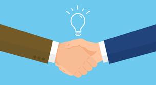 握手する手のクローズアップ、ひらめきのアイコン、フラットイラスト、青バックのイラスト素材 [FYI04913666]