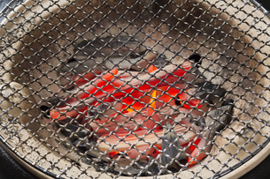 七輪の炭火の写真素材 [FYI04913752]