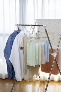 洗濯物の室内干しの写真素材 [FYI04913806]