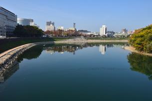 青空の岡山城内からの街並みと旭川の写真素材 [FYI04913974]