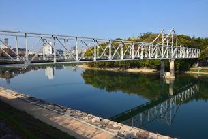 青空の岡山城に架かる月見橋と後楽園の写真素材 [FYI04913978]