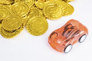 【経済】自動車と金色のドルのコイン 貿易の写真素材 [FYI04914163]