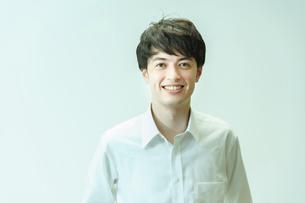笑顔の若い男性の写真素材 [FYI04914280]