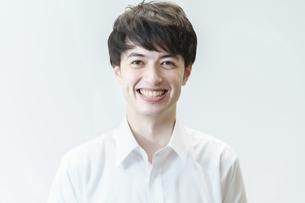 笑顔の若い男性の写真素材 [FYI04914282]