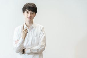 人差し指を立てるポーズをする若い男性の写真素材 [FYI04914286]