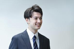 若手ビジネスマンのポートレートの写真素材 [FYI04914323]