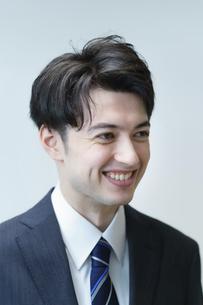若手ビジネスマンのポートレートの写真素材 [FYI04914325]