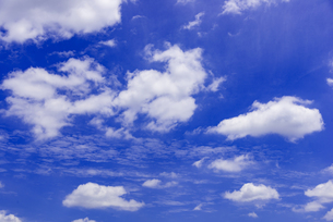 梅雨の青空と浮雲の写真素材 [FYI04914359]