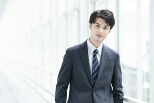 クールな表情の若手のビジネスパーソン の写真素材 [FYI04914424]