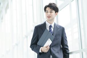 クールな表情の若手のビジネスパーソン の写真素材 [FYI04914426]