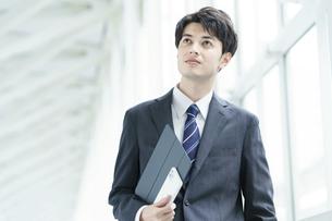 クールな表情の若手のビジネスパーソン の写真素材 [FYI04914427]