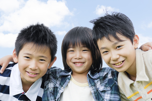 肩を組んで笑顔の男の子3人の写真素材 [FYI04914458]