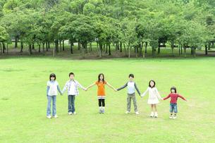 手をつないで立つ子供たちの写真素材 [FYI04914499]