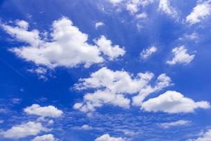 梅雨の青空と浮雲の写真素材 [FYI04914521]